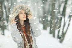 Портрет зимы девушки снаружи Стоковая Фотография RF