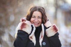 Портрет зимы женщины на улице зимы Стоковые Фотографии RF