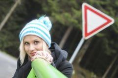 Портрет зимы красивой усмехаясь девушки стоковое фото rf