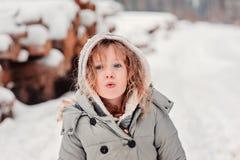 Портрет зимы мечтательной девушки ребенка на прогулке в снежном лесе Стоковая Фотография