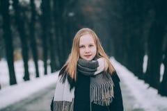 Портрет зимы милой белокурой девушки Outdoors Стоковое фото RF