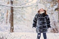 Портрет зимы милой счастливой девушки ребенка в серой меховой шыбе Стоковые Фотографии RF