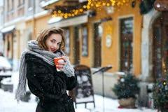 Портрет зимы на открытом воздухе кофе прелестной женщины брюнета выпивая на улице Пустой космос стоковые фотографии rf