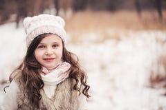 Портрет зимы прелестной девушки ребенка в снежном лесе Стоковые Фотографии RF