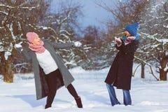 Портрет зимы друзей женщины моды Концепция привязанности и приятельства навсегда Стоковое Изображение