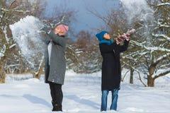 Портрет зимы друзей женщины моды Концепция привязанности и приятельства навсегда Стоковое Фото