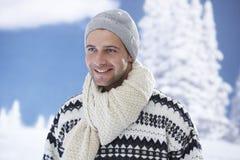 Портрет зимы счастливого молодого человека стоковое изображение rf