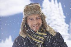 Портрет зимы счастливого человека стоковое изображение