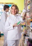 Портрет зрелого аптекаря женщины Стоковое Изображение