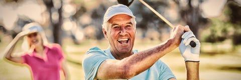 Портрет зрелого гольф-клуба удерживания игрока в гольф стоковые фото