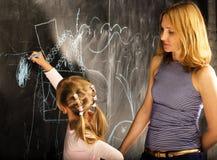 Портрет зрелого учителя женщины с маленьким милым белокурым pu девушки Стоковые Изображения RF