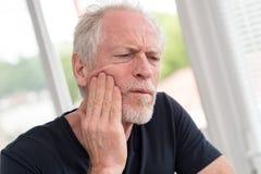 Портрет зрелого человека с toothache Стоковое Изображение
