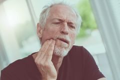 Портрет зрелого человека с toothache Стоковое Фото