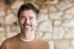 Портрет зрелого человека усмехаясь на камере стоковые фотографии rf