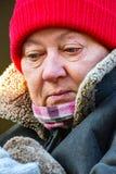 Портрет зрелой женщины в красной шляпе Стоковое фото RF