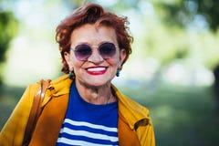 Портрет зрелой женщины в парке стоковое фото rf