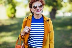 Портрет зрелой женщины в парке стоковое изображение