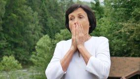 Портрет зрелой женщины которая внезапно была устрашена, неприятный сюрприз акции видеоматериалы