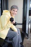 Портрет зрелой здоровой женщины на спортзале Стоковое Фото