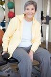 Портрет зрелой здоровой женщины на спортзале Стоковое Изображение RF