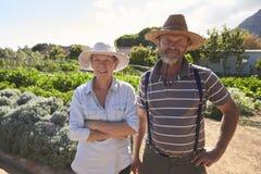 Портрет зрелых пар стоя на уделении общины Стоковое Фото