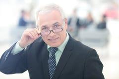 Портрет зрелого бизнесмена при коллеги взаимодействуя на b Стоковое Изображение RF