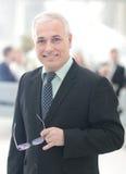 Портрет зрелого бизнесмена при коллеги взаимодействуя на b Стоковое Изображение