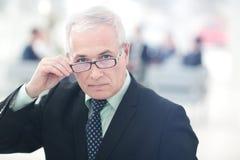 Портрет зрелого бизнесмена при коллеги взаимодействуя на b Стоковые Изображения