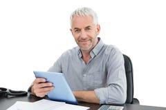 Портрет зрелого бизнесмена с цифровой таблеткой на столе Стоковая Фотография RF