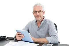 Портрет зрелого бизнесмена с цифровыми таблеткой и телефоном Стоковое фото RF