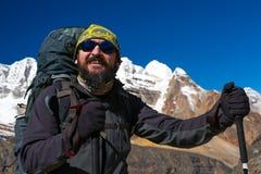 Портрет зрелого бородатого усмехаясь высокогорного альпиниста в горах Стоковая Фотография RF