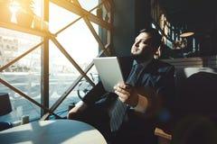 Портрет зрелого красивого бизнесмена используя Стоковое фото RF