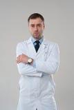 Портрет зрелого серьезного мужского доктора с пересеченными оружиями Стоковые Фотографии RF
