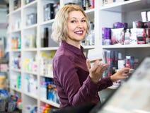 Портрет зрелого товароведа на домочадце и косметическом магазине Стоковое Изображение