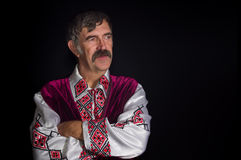 Портрет зрелого украинского соотечественника в традиционных одеждах Стоковое фото RF