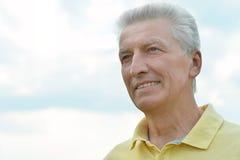 Портрет зрелого человека над голубым небом Стоковая Фотография