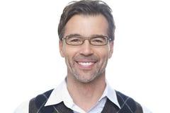 Портрет зрелого человека усмехаясь на камере Стоковое Изображение RF