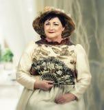 Портрет зрелой актрисы в ретро одеждах стоковое фото