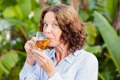 Портрет зрелой женщины выпивая травяной чай Стоковые Фотографии RF