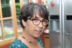 Портрет зрелой женщины в кухне Стоковое фото RF