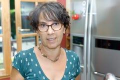 Портрет зрелой женщины в кухне Стоковое Изображение
