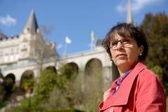 Портрет зрелой женщины в парке Стоковое Фото