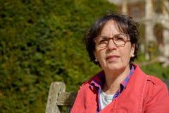 Портрет зрелой женщины в парке Стоковые Фото