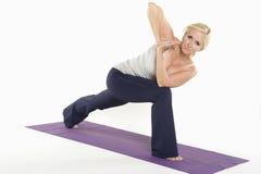 Портрет зрелой женщины делая йогу Стоковые Фотографии RF