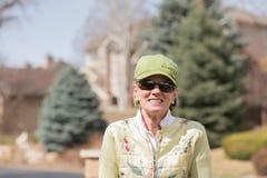 Портрет зрелой женщины наслаждаясь Outdoors стоковая фотография