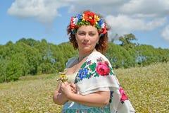 Портрет зрелой женщины с венком на голове и col стоковое изображение rf