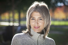 Портрет зрелой женщины усмехаясь на камере Серые волосы стоковое изображение rf