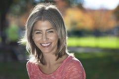 Портрет зрелой женщины усмехаясь на камере стоковое изображение rf