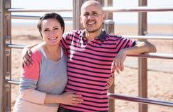 Портрет зрелых пар держа один другого outdoors стоковые фото