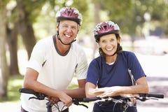 Портрет зрелых пар на езде цикла через парк Стоковое Изображение